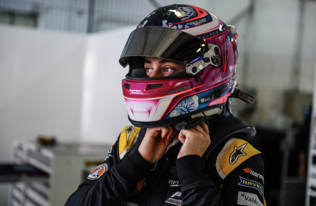Marta Garcia makes a comeback to racing, takes P3
