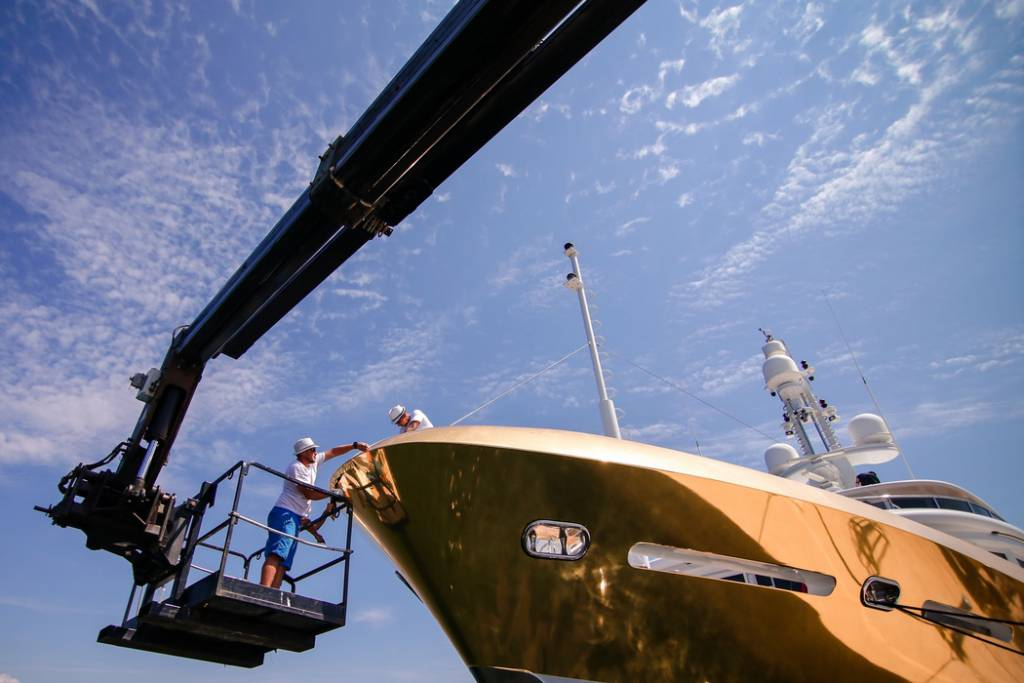 EUR 18 million superyacht Belami wrapped in 600sqm of gold