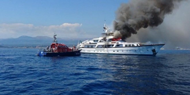 ​Yacht on fire in front of Nice airport