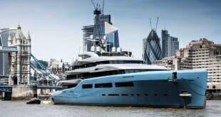 98-meter Aviva and 74-meter Elandess on the River Thames