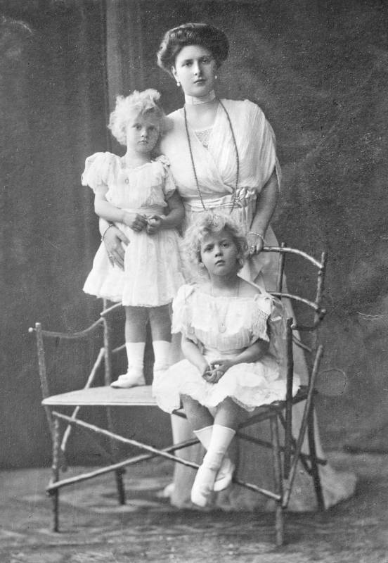 Princess Alice of Battenberg, Princess Andrew of Greece and Denmark, with her daughters Princesses Margarita and Theodora of Greece and Denmark. @commons.wikimedia.org