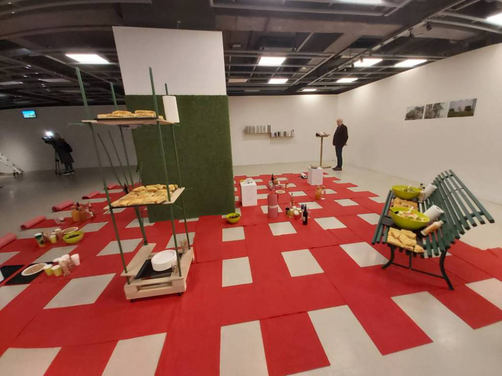 'Garden under way': an interactive multiparty showroom