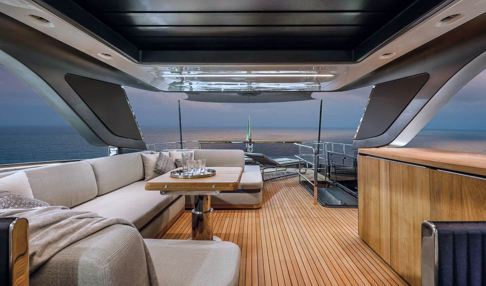 CRANCHI SETTANTOTTO, THE FLAGSHIP THAT BRINGS LIGHT AND SEA ABOARD